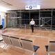 台風15号の強風で壊れた国際線ターミナルの仮設の壁=2019年9月9日午前5時57分、羽田空港、西畑志朗撮影