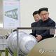 核兵器関連施設を視察する北朝鮮の金正恩(キム・ジョンウン)国務委員長(朝鮮労働党委員長、資料写真)=(聯合ニュース)