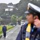 即位礼正殿の儀が行われる皇居周辺を警備する警察官=22日午前、東京都千代田区(鴨川一也撮影)