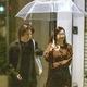 夜11時過ぎに相合い傘で歩く三宅健と美女。食事を終え、これから三宅の自宅へと向かおうとしているのだろうか