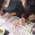 企画のひとつ、絵付け体験を実際に行う学生の様子