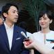 官邸で結婚発表した自民党の小泉進次郎衆院議員(左)とフリーアナウンサーの滝川クリステルさん(写真/時事通信社)