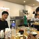 広報カメラに登場したロッテ・山口航輝(左)、藤原恭大(右)[提供=千葉ロッテマリーンズ]