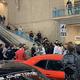 2台のランボルギーニ・アヴェンタドールによる空ぶかしの非常に耳障りな爆音は執拗に続いた。