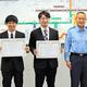 感謝状を受け取った平間優介さん(中央)と田代陸人さん(左)=2021年5月20日、神奈川県警提供