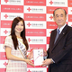 日本赤十字社を訪問した土屋炎伽さん(左)。右は同社の大塚義治社長=東京都港区