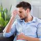 寝不足で頭痛がおこるメカニズム|症状と対処法