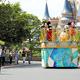 フロートに乗ったミッキーらおなじみのキャラクターが、ソーシャルディスタンスを保って並ぶ来園者に「ごあいさつ」=2020年6月29日午前9時42分、千葉県浦安市、瀬戸口翼撮影