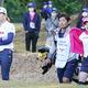 先週同組でプレーした古江彩佳(右)は2週連続V(渋野=左)(C)日刊ゲンダイ