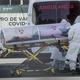 メキシコの首都メキシコ市で、新型コロナウイルス感染が疑われる患者を搬送する医療従事者ら(2020年12月30日撮影、資料写真)。(c)PEDRO PARDO / AFP