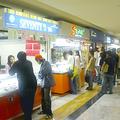 アジアのショッピングセンター内に列なる携帯専門店。多くの店が