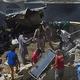 22日、パキスタン南部カラチで、旅客機の墜落現場に駆け付けた救助要員ら(AFP時事)