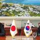 2016年11月23日、ソウルでGSOMIAに署名する韓民求(ハン・ミング)国防部長官(当時、右)と長嶺安政・駐韓日本大使(同部提供)=(聯合ニュース)≪転載・転用禁止≫