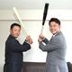 バットを持ち打撃フォームで写真に納まる金本知憲氏(左)と新井貴浩氏(撮影・山口登)