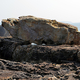 台風が過ぎると三段壁の上に出現していた「謎の岩」=2021年2月8日、和歌山県白浜町、大野宏撮影