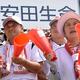声援を送る黒川洋行さん(左)と枝里子さん=2019年8月17日、阪神甲子園球場、藤野隆晃撮影