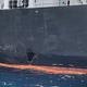 攻撃により船体に穴が開いた「国華産業」運航のタンカー=19日、オマーン湾(AFP時事)