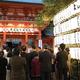 天皇陛下の即位を祝して提灯がともされた武蔵一宮氷川神社=22日、さいたま市大宮区(竹之内秀介撮影)