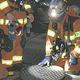 現場付近のマンホールを調べる消防隊員たち(19日午後8時34分)