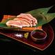 Taro食堂の会津地鶏の藁炙り(1320円)は、会津地鶏を藁で焼いた豪快な一品。表面は燻製のような藁の香ばしさで、中は会津地鶏の旨味がぎゅっと詰まっている/写真は主催者提供