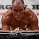 元海兵隊員のジョージ・フッドさん(62)が「プランク」の姿勢を8時間15分15秒続けて、ギネス世界記録を更新した/Josef Holic Photography