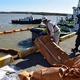 衝突事故による流出油から漁港や海岸を守るため、オイルフェンスを展開する訓練の様子=23日、千葉県銚子市の銚子漁港(城之内和義撮影)