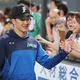 初勝利を挙げ、ファンとタッチを交わす日本ハムの吉田輝星(時事通信フォト)
