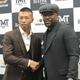写真撮影に応じた元WBA世界スーパーフェザー級王者・内山高志氏(左)と握手を交わす元5階級制覇王者フロイド・メイウェザー