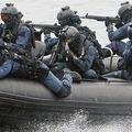 高速ボート(特別機動船)から銃器をかまえ、不審船の警戒にあた