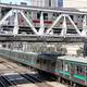 【クイズ急行】赤帯の電車はいま、緑帯の電車の次の駅は