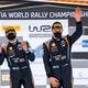 世界ラリー選手権第2戦、アークティック・ラリー・フィンランド最終日。コ・ドライバーのマルティン・ヤルベオヤ(左)と優勝を喜ぶヒュンダイのオット・タナック(2021年2月28日撮影)。(c)Jonathan NACKSTRAND/ AFP