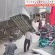 通行人男性が空から落ちてきたソファの下敷きに 中国・福建省