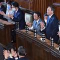 第99代首相に選出された自民党の菅義偉総裁(右から3人目)=