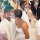 フィリピンの集団結婚式でマスク越しにキス 新型コロナ対策