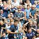 英・エディンバラでスコットランドの選手に声援を送るファンたち。W杯では多くの人の来日が見込まれている=ロイター