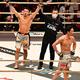 斎藤(左)に敗れがっくりと肩を落とす朝倉