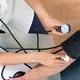 血圧を測定する男性