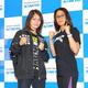 予備検診を終えてポーズをとる吉田実代(左)とケーシー・モートン