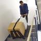 重い荷物も載せたまま階段を昇り降りができる!電動台車『軽量電動階段台車60』