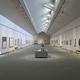 展示作品全体を把握できるように、床面50メートル×10メートルのシンプルな大空間一室構造として設計されている展示室/写真は主催者提供