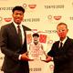 日清食品ホールディングスは、バスケットボールの八村塁選手とグローバルスポンサーシップ契約を締結した。(写真は、八村塁選手(左)と日清食品ホールディングスの米山慎一郎氏)