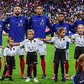 威勢よく自国の国歌を歌うフランスの選手たち。だが、この直前に