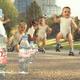 赤ちゃんがローラースケートで踊る