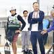 ミラン・クバン・コーチ(右)と並んでコースを確認する羽根田卓也