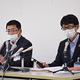 富山市の小中学校と保育施設で多数の児童や生徒らが体調不良を訴えた問題について記者会見する市教育委員会の大久保秀俊事務局次長(左)ら=17日午後、同市役所