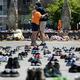 4日、215人の子どもの遺骨が発見されたことを受け、オタワの議会前には子供靴が並べられた=AP