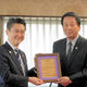 永年の「特別矯正監」を委嘱された杉良太郎さん(右)と山下貴司法相=25日、東京・霞が関の法務省