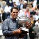 全仏オープンテニス、男子シングルス決勝。トロフィーをかむラファエル・ナダル(2019年6月9日撮影)。(c)Philippe LOPEZ / AFP