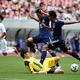 終了間際、武内と藤田(右)の2人がかりで押し込んだU-17日本代表のゴールはVAR判定でノーゴールに【写真:平野貴也】
