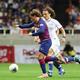 <バルセロナ・チェルシー>前半、チェルシーのダヴィド・ルイス(右)とバルセロナ・グリーズマンが競り合う(撮影・大塚 徹)